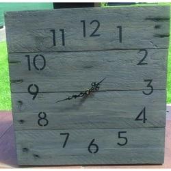 Drewniany zegar piękny dzień. Dzień jest piękniejsze.