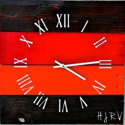 Drevené hodiny čas v červenej oáze .