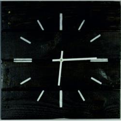 Drevené hodiny v čiernom plášti