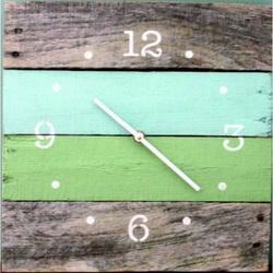 Drevené hodiny oáza pokoja vo farbách na chatu .