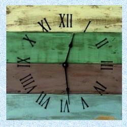 Drevené hodiny na stenu s rimskymí číslami na chatu .