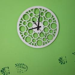 Zegar ścienny wykonany ze sklejki drewnianej podążający śladami czasu