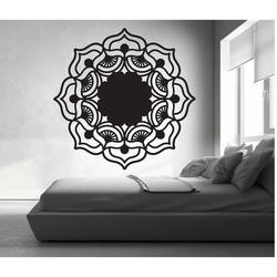 Róża życia uniosła się wokół drewnianego obrazu na sklejkowej ścianie MIREK